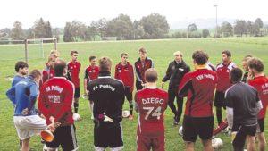 Martin Grelics hält eine Ansprache während seiner Trainerstation beim TSV Peiting.