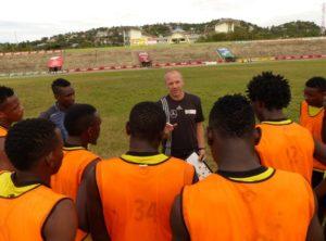 Martin Grelics hält eine Ansprache während seiner Trainerstation bei den Profis von Mwanza, Tansania